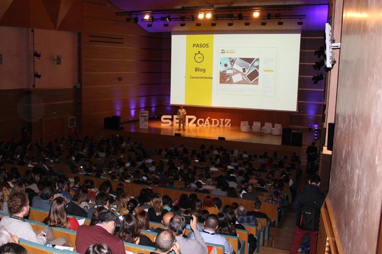 Cadena SER Branding Day Cádiz ponencia Juan Galera auditorio frente iluminado