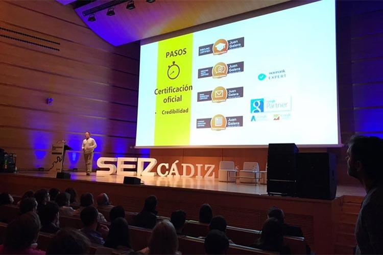 Cadena SER Branding Day Cádiz ponencia Juan Galera escenario lejos iluminado