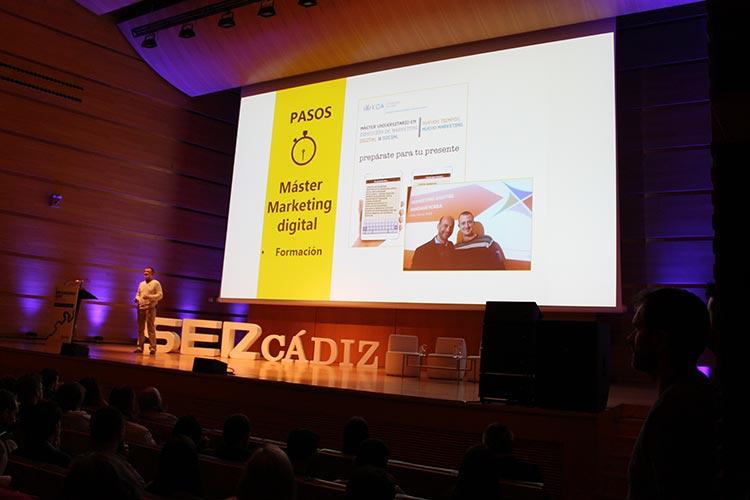 Cadena SER Branding Day Cádiz ponencia Juan Galera escenario lejos oscuro
