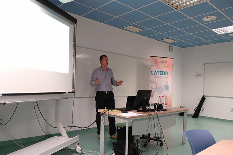 Taller TIC Juan Galera Cátedra Andalucía Emprende primer plano lateral solo