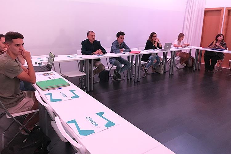 Taller TIC Juan Galera Centro Europeo de Empresas e Innovación plano asistentes lateral izquierdo corto