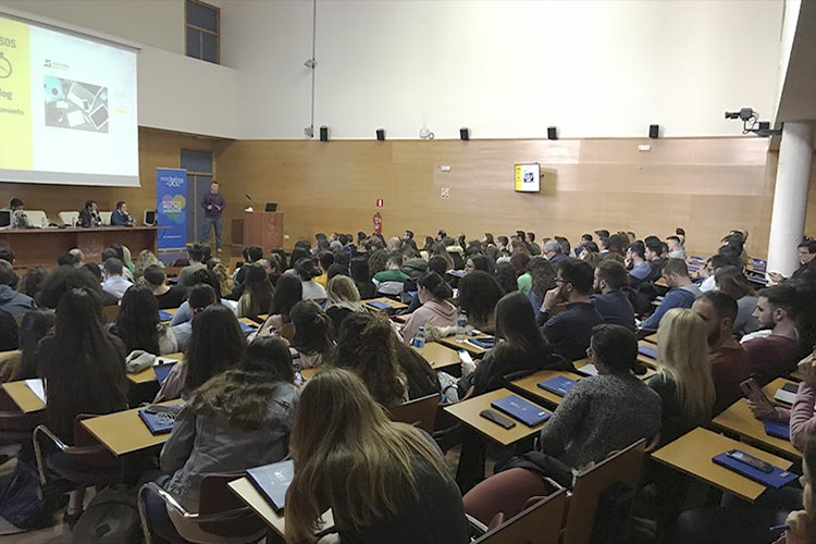 Presentación Asociación Marketing en Cádiz plano trasero público