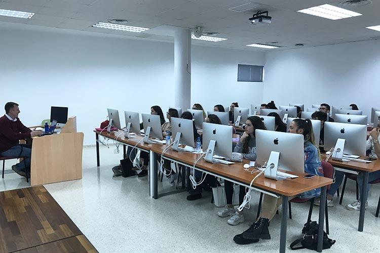 Curso de marketing digital y social media FUECA aula de ordenadores