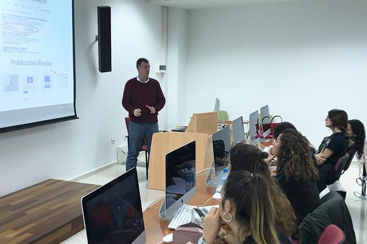 Curso de marketing digital y social media FUECA plano corto lateral