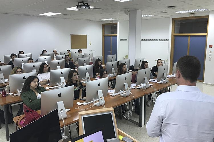 Curso de marketing digital y social media FUECA plano general trasero