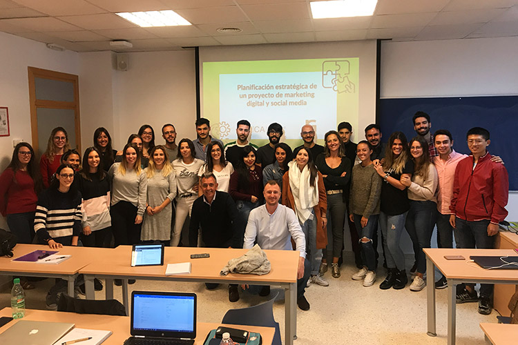 Taller de estrategia para proyectos digitales UCA final de clase con director del Máster